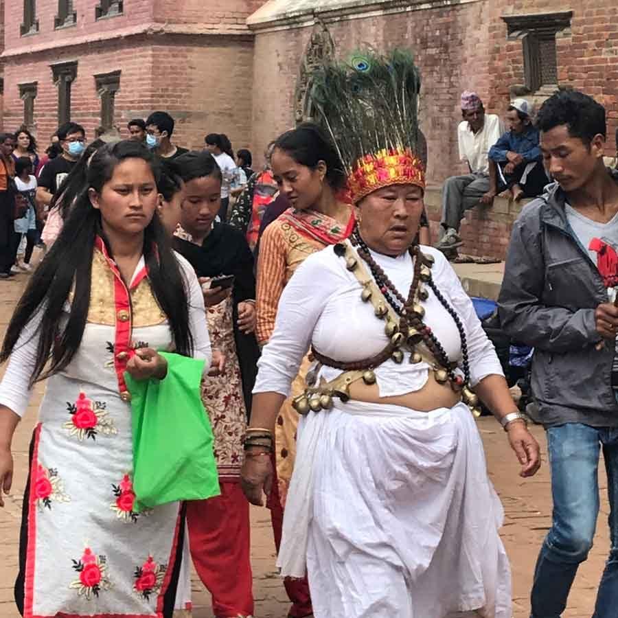 Festività in Nepal ad agosto: stregone-guaritore Tamang in abiti tradizionali a Patan