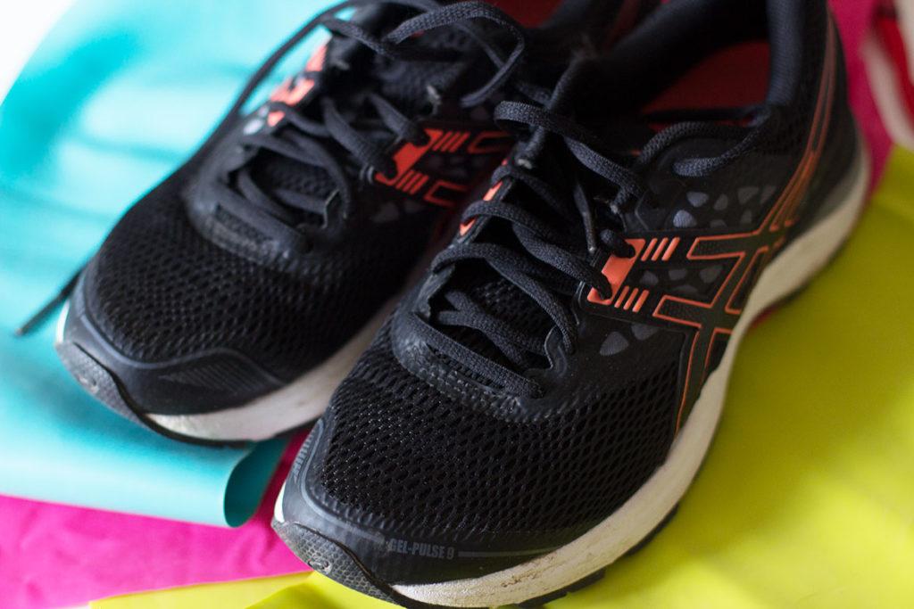 Chaussures de sport et élastiques de fitness