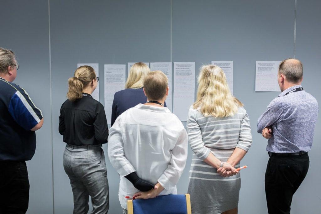 Innovaatiokulttuuri ja sen kehittäminen -työpajassa kuvassa Brainstorm 365 tehtävän purku ja käsiteltävien innovaatiokulttuurin estävien yritysten haasteiden valinta.