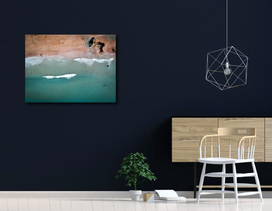 Simulation de décoration d'intérieur du tableau photo ants surfing sur un mur foncé