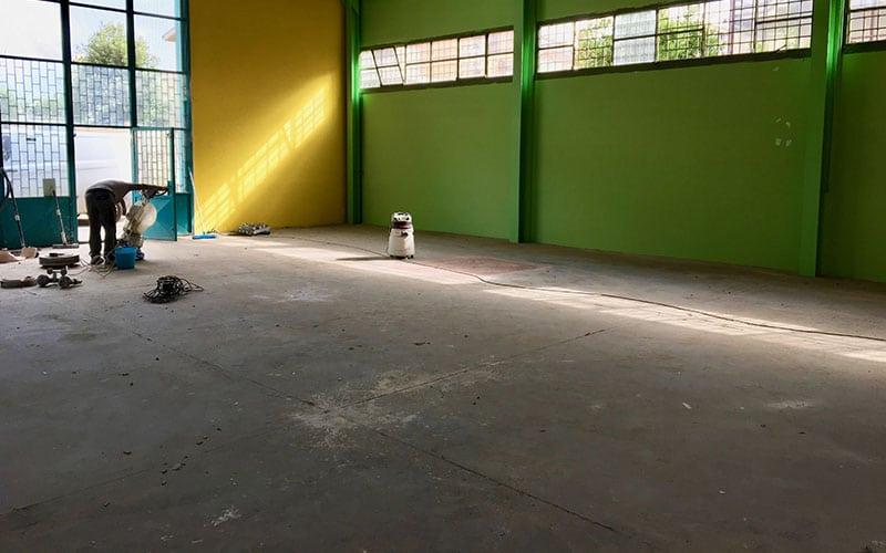 pavimento in cemento industriale rovinato