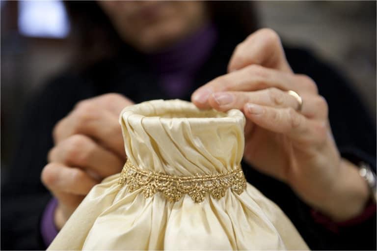 paralume-tessuto-assemblaggio-lampadari-lusso-artigianali-artistici-italiani-design-classici-eleganti-personalizzati-decorativi-illuminazione-vetro-murano