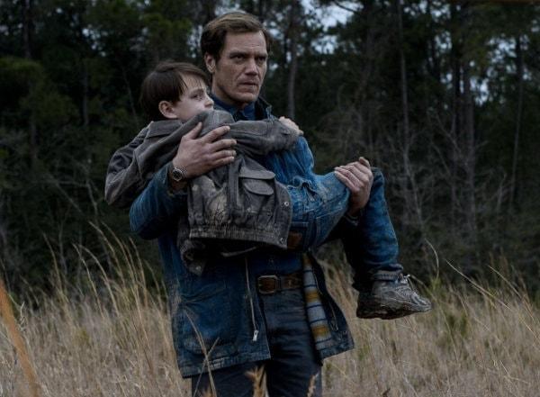 Michael Shannon portant l'enfant dans Midnight Special