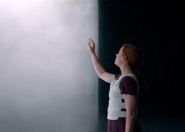 Amy Adams devant l'écran dans Arrival (Premier contact)