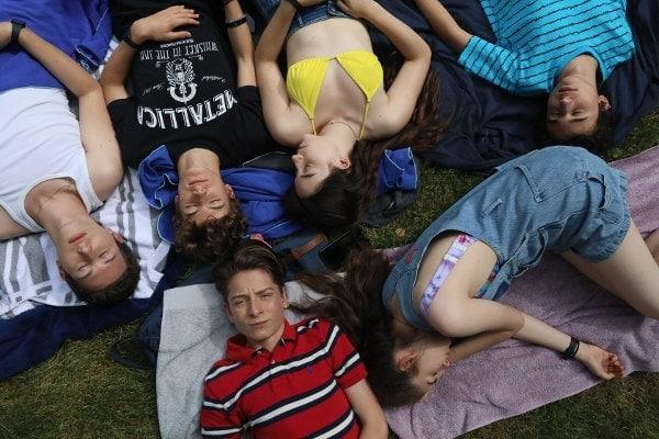 Le groupe d'adolescents dans L'heure de la sortie