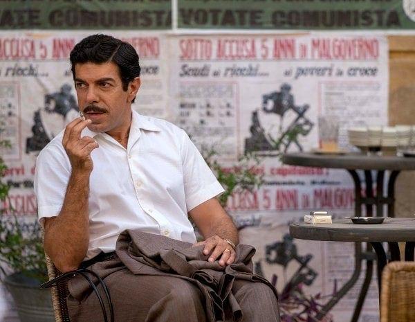 Pierfrancesco Favino assis à une terrasse dans Le Traître