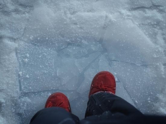 Pieds et bris de glace dans la pièce de théâtre Dimanche