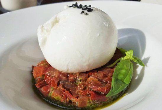 Restaurante italiano Cinquecento Valencia Burratina di bufala con tartar de tomate seco y crema de albahaca