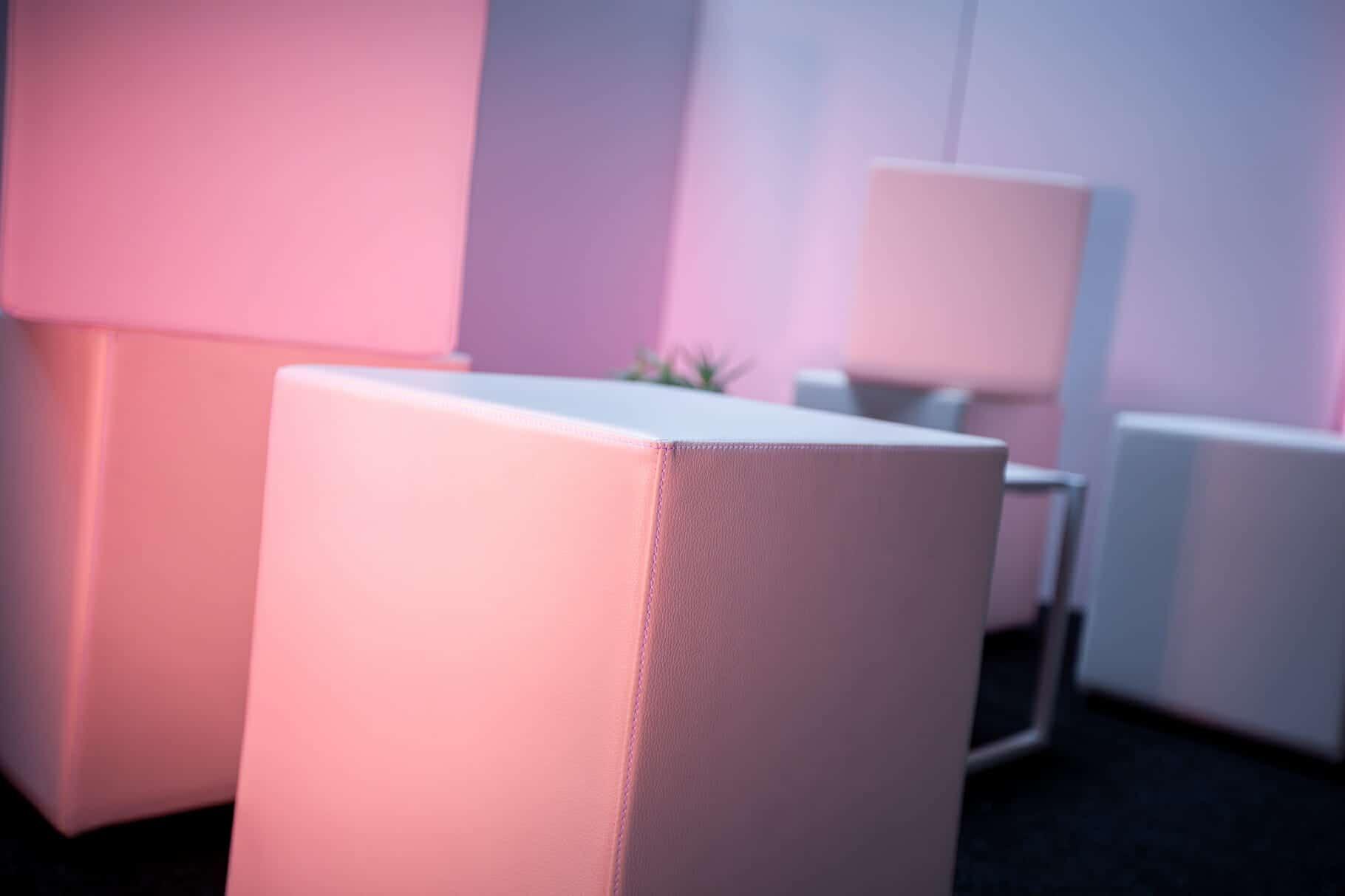So Event dispose de son propre mobilier, notamment pour vos espaces lougne lors de vos événements