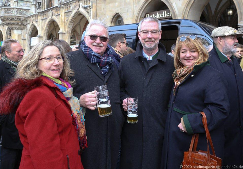 Barbara Newrzella, Manfred Newrzella, Alexander Reissl, Cornelia Reissl (von li. nach re.), Geldbeutelwaschen am Fischbrunnen in München 2020