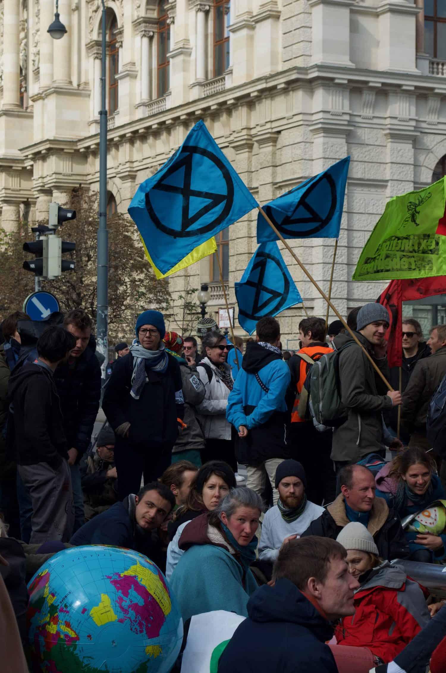 XR AktivistInnen blockieren die Kreuzung Getreidemarkt/Mariahilfer Straße im Rahmen der Rebellion Week im Oktober 2019