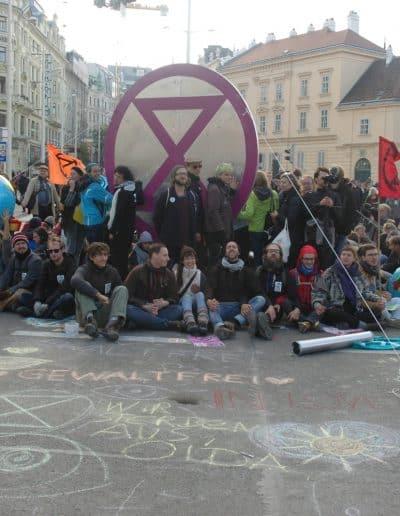 Straßenblockade während der Aktion Erde an der Kreuzung Getreidemarkt / Mariahilfer Straße während der Rebellion Week Oktober 2019 in Wien
