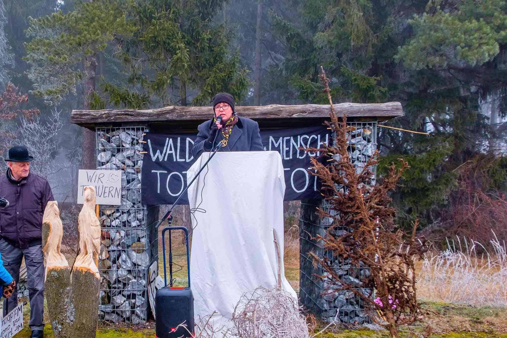 """Eine Aktivistin hält eine Rede beim """"Trauermarsch"""" für den Wald"""