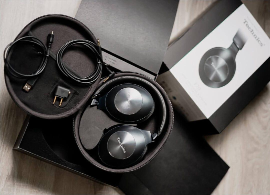 Technics EAH-F70N Lieferumfang: USB Kabel, Flugzeugadapter, Audio-Kabel. Tragetasche