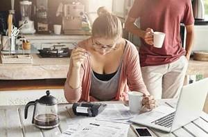 mujer leyendo sobre boleta electrónica