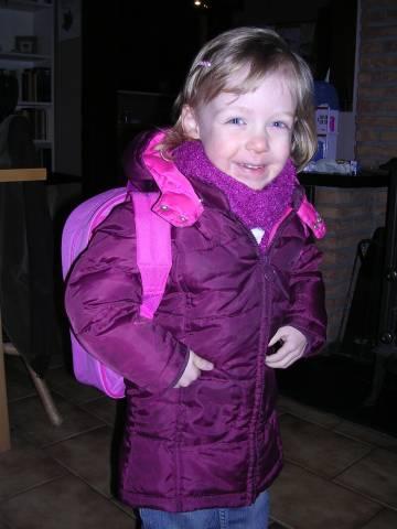 elise staat klaar om naar school te gaan