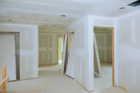pose des murs en plâtre, faux plafonds et installation des portes