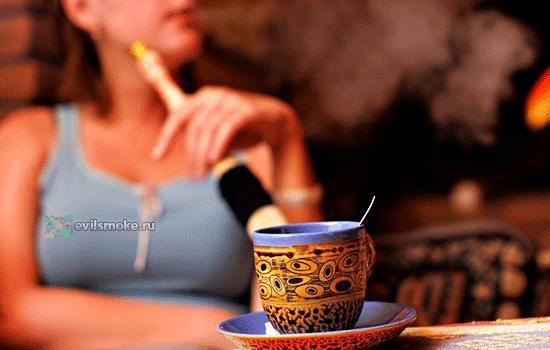 Фото - Девушка курит кальян и пьет кофе