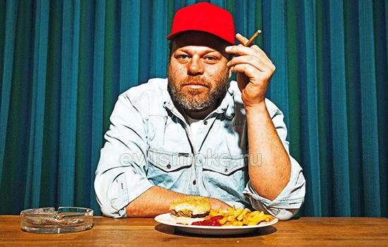 Фото - Мужик курит и ест