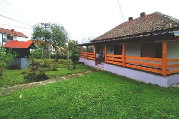добротный дом с большим участком земли