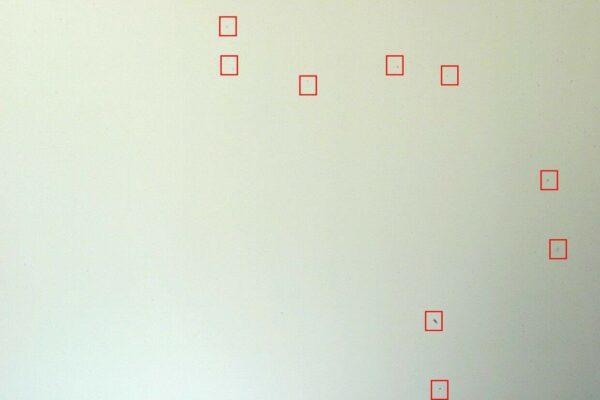 """eliminare la polvere dal sensore: La polvere si """"mostra"""" fotografando un muro bianco"""