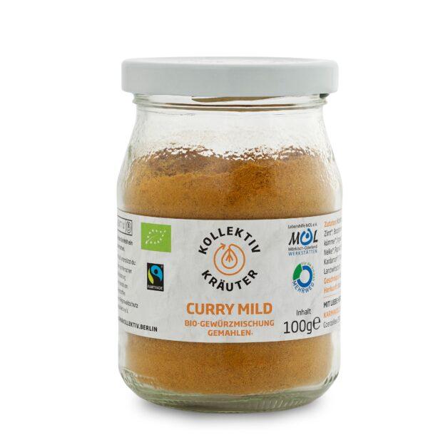 Bio Gewürz Curry Mild, CO2 neutral produziert, freigestellt auf weißem Hintergrund im Mehrwegglas.