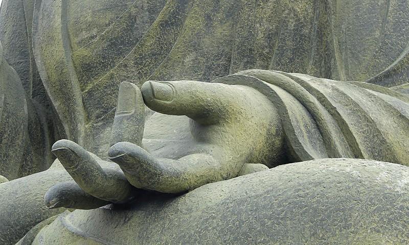 Hand meditierender Buddha-Statue - ätherische Öle sicher und entspannt anwenden
