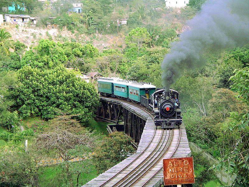 Tren sobre el río Plántanos