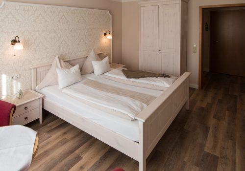 Unsere Zimmer sind individuell, mit viel Herz eingerichtet und laden Sie zum Wohlfühlen und Entspannen ein. Ob typisch friesisch, die rustikale Art oder im modernen Landhaus-Stil - buchen Sie je nach Belieben Ihr Traumzimmer.