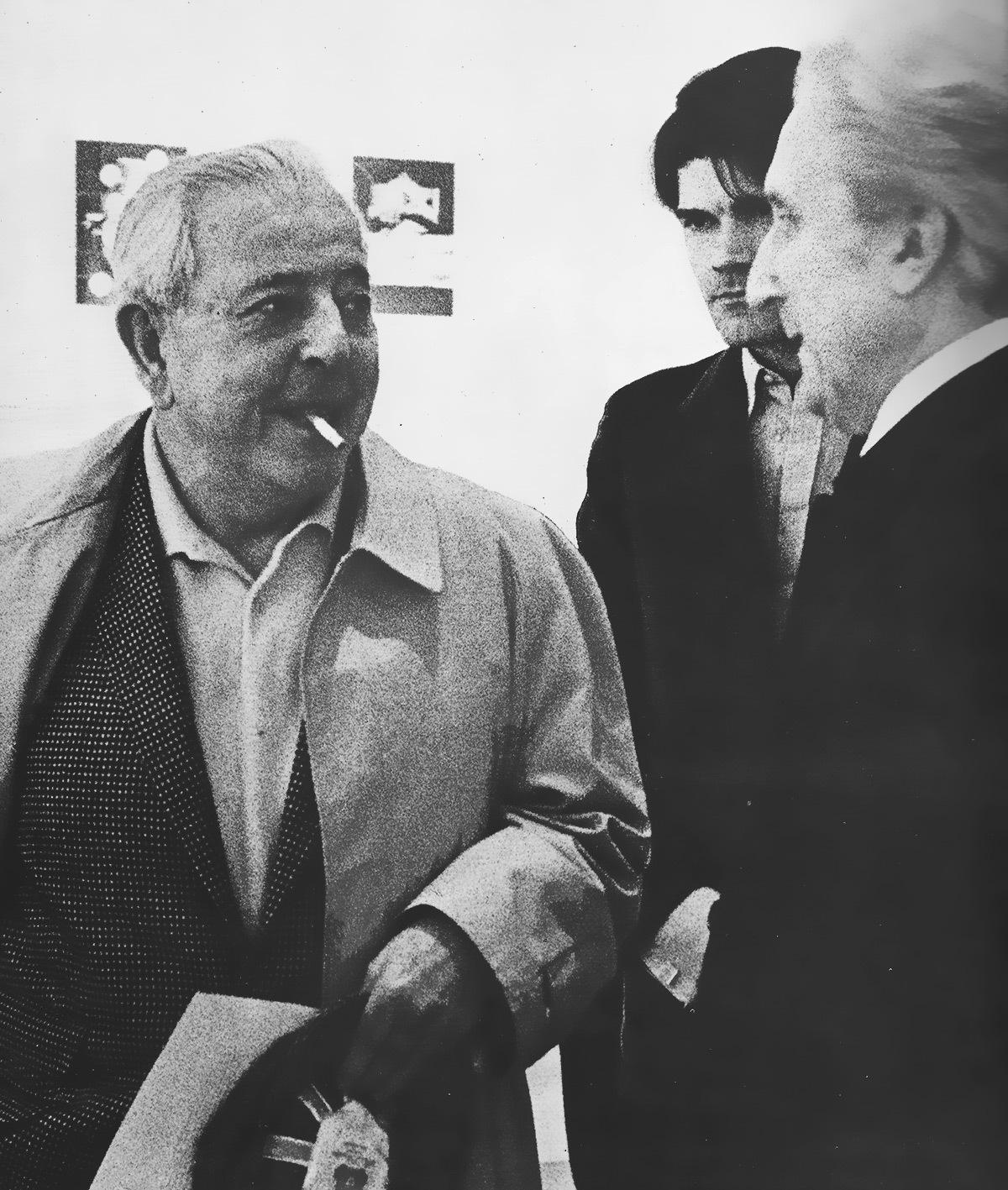 De gauche à droite: Jacques Prévert, Alain Le Yaouanc, Aimé Maght. Vernissage de l'exposition Le Yaouanc à la galerie Maeght, le 17 décembre 1970. Photo: © Claude Gaspari.