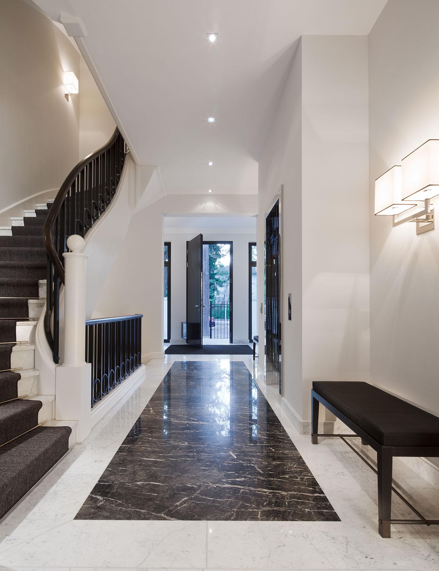 Innenausstattung Treppenhaus Eingangshalle mit Marmorboden