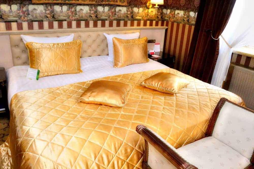 King size bed at Ramada Hotel Vilnius