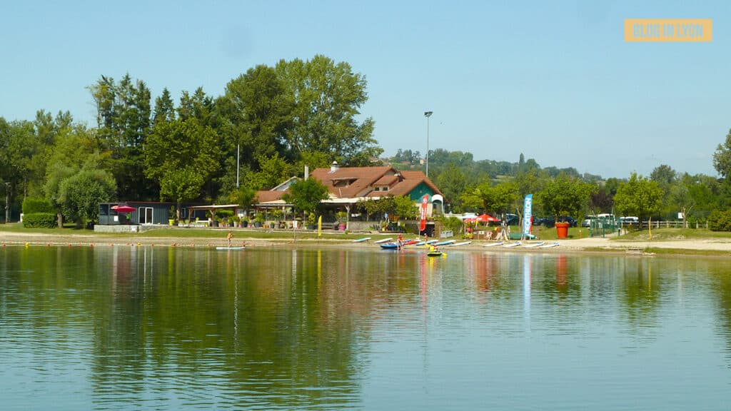 Idées baignades proches de Lyon - Lac de Vénérieu | Blog In Lyon