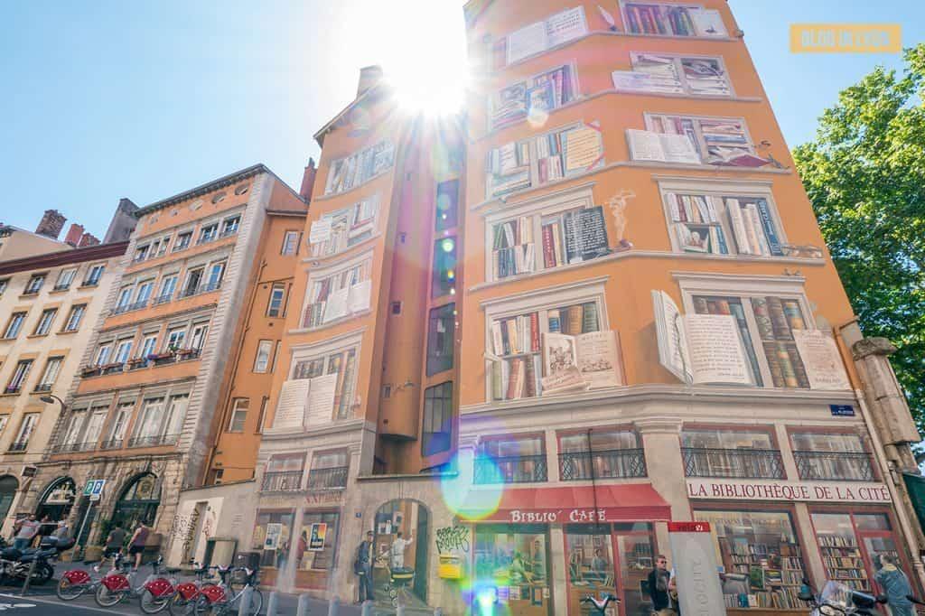 Fresque La Bibliothèque de la Cité - Top 15 des plus beaux murs peints de Lyon | Blog In Lyon