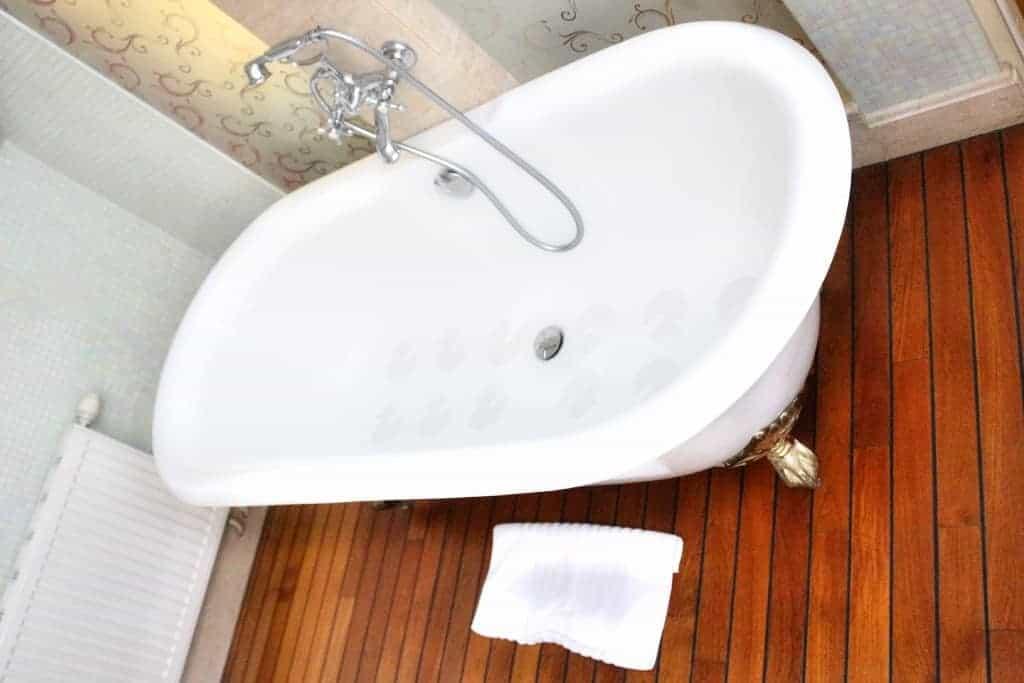 Bath at Junior Suite, Ramada Vilnius