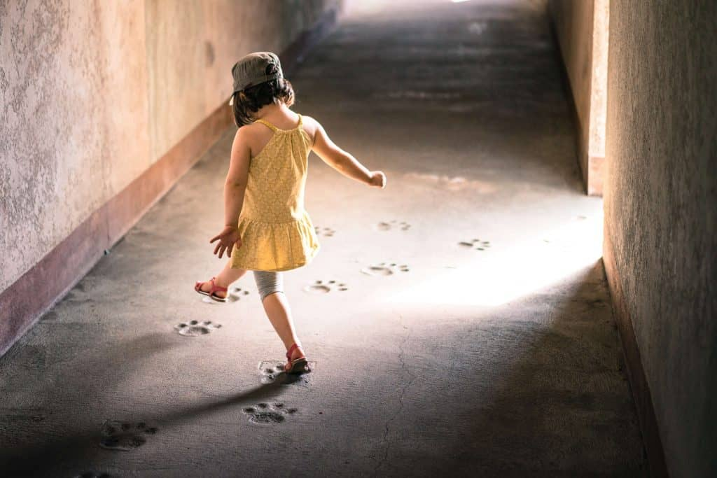 Kind verfolgt spielerisch eine Spur - Beispiel für die Haltun um Ziele im Leben zu erreichen
