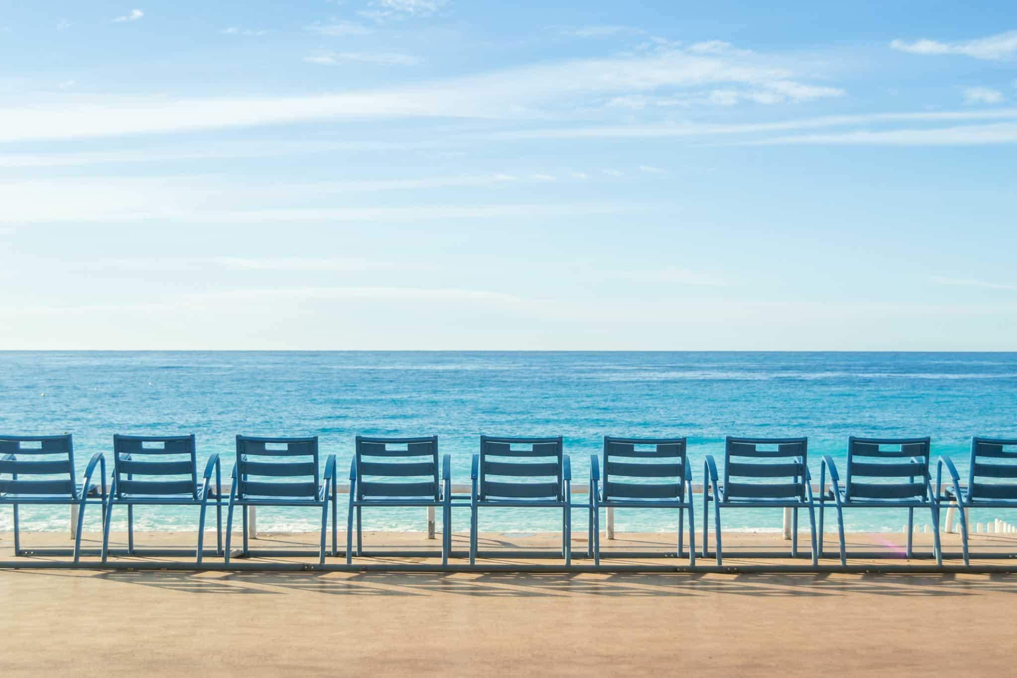 Die blauen Stühle an der Promenande von Nizza