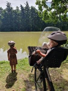 Mamablog Veilig fietsen met kinderen. Voorkomen dat ik val met de fiets kan ik niet, voorkomen dat mijn dochters er ernstige blijvende schade aan overhouden wel. Lees hier mijn overwegingen!