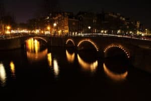 Amsterdam Rondvaart met romantisch verlichte Amsterdamse bruggen.