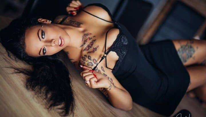 Tattoo-Schönheit - Janine Mama aus Berlin