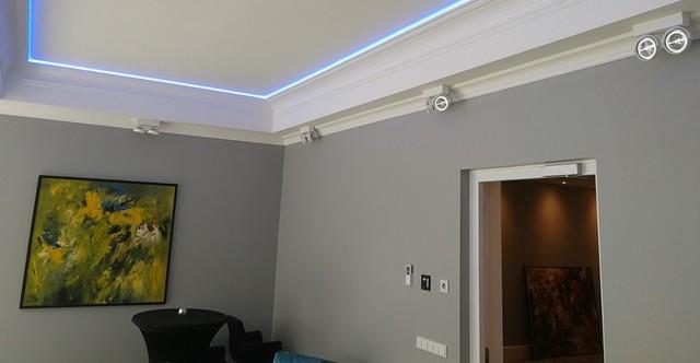 Stucwerk woonkamer met LED verlichting