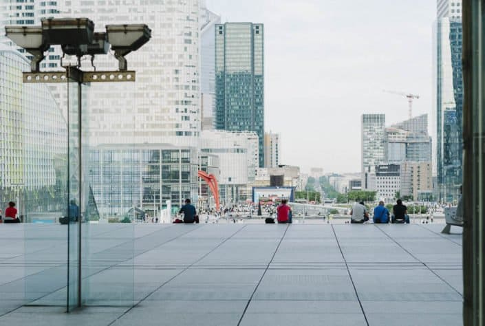 photo numérique vue sur le parvis de La Défense et au loin l'Arc de Triomphe