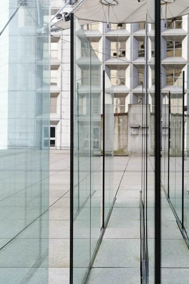 photo numérique parois vitrées sous l'arche de la Défense