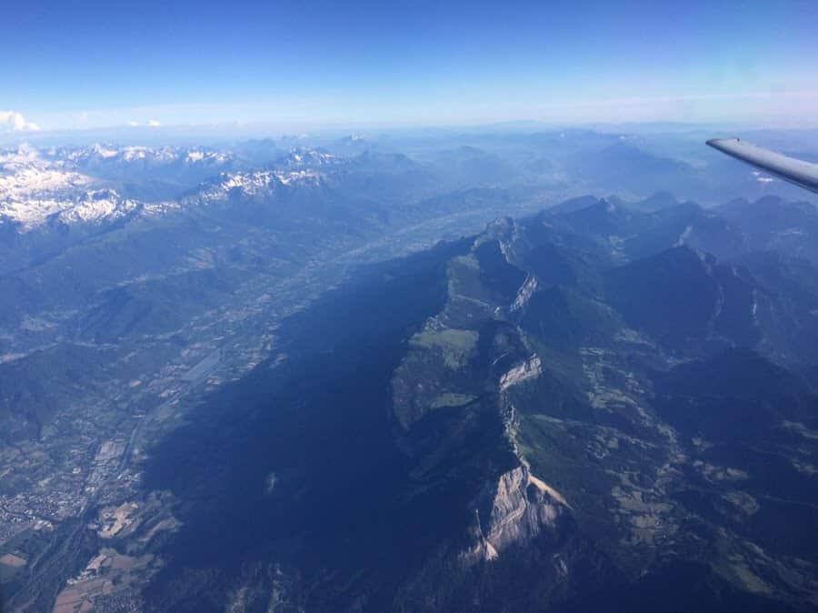 photo numérique vallée du grésivaudan en Isère vue à travers le hublot de l'avion
