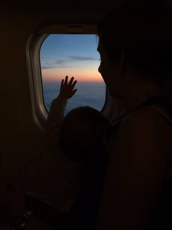 photo numérique main d'enfant sur le hublot durant vol vers la Sicile