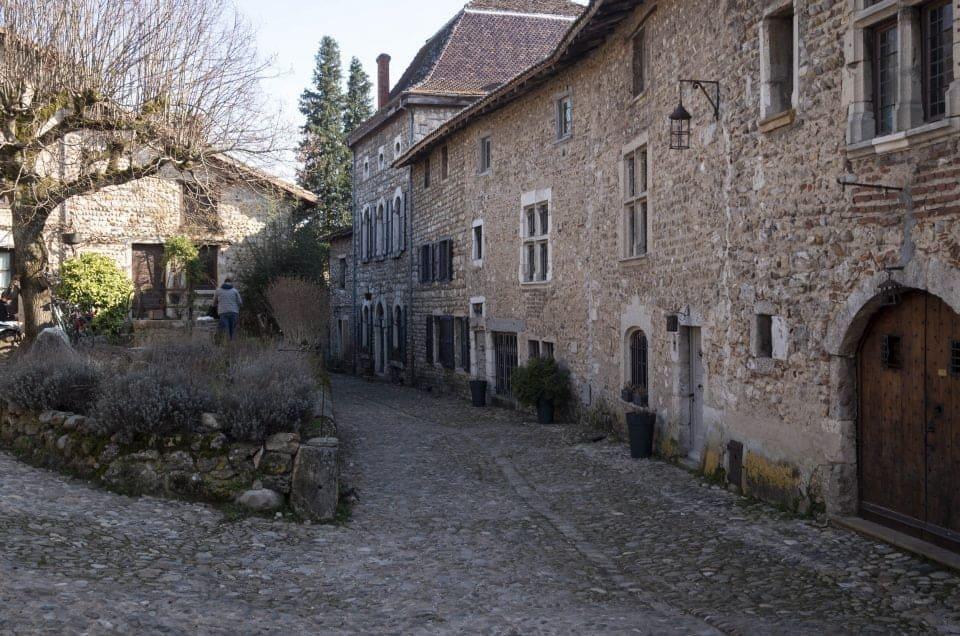 Pérouges, cité médiévale à 40 km de Lyon