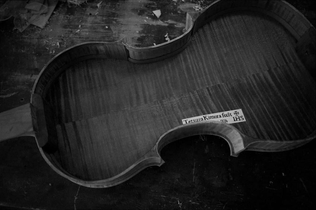 バイオリンの表板が外され、内側にある木村哲也のラベルが見えている