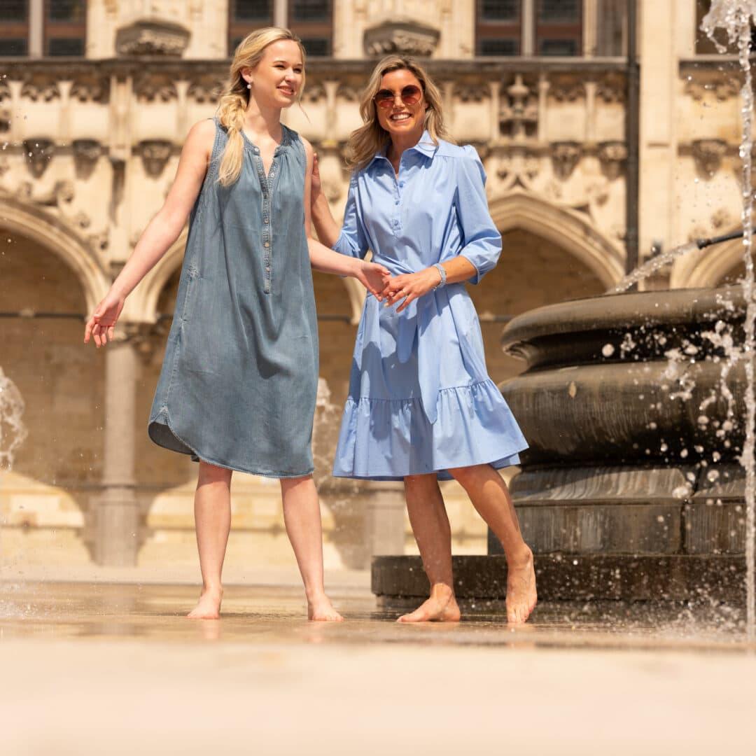 zomerjurk jeans mouwloos gustav lichtblauwe jurk riani juwelen flo jewelry tineb oudenaarde damesmode