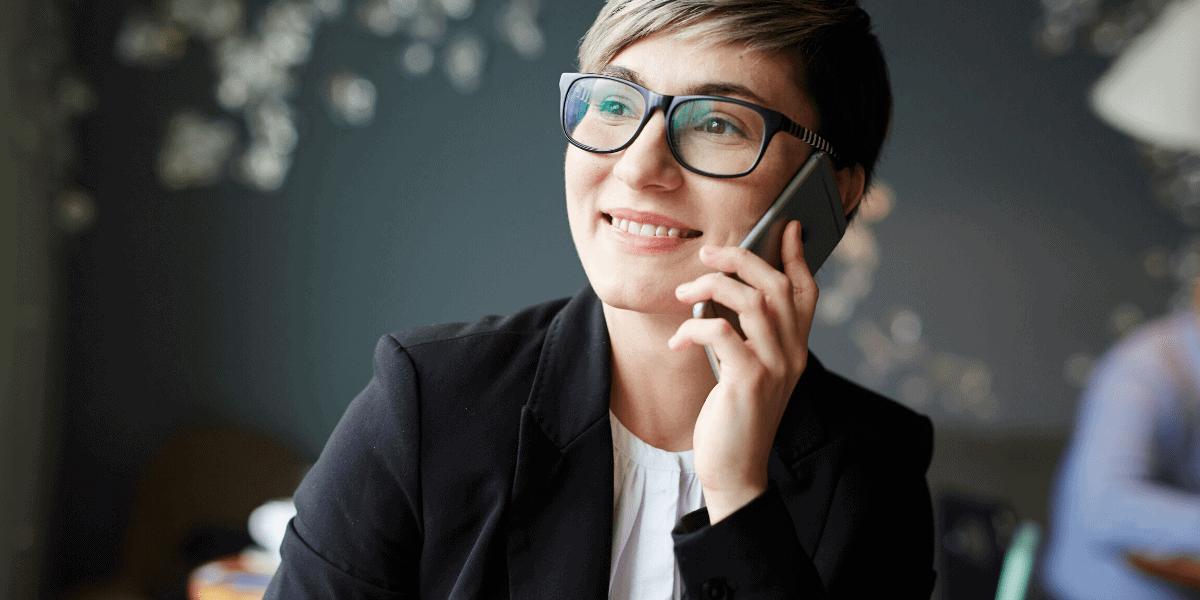 Consulente vendite dirette che lavora da casa con il telefono in mano