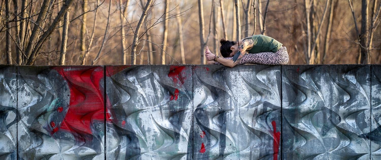 urbanes Yoga Fotoshooting auf einer Mauer am Spielbergtor in Erfurt mit Frederike Fernández Canon EOS R & Canon RF 85mm f1.2